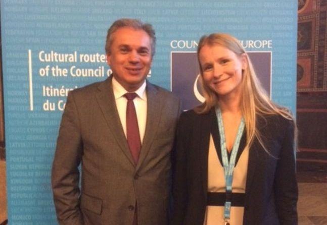 Η Πρόεδρος του Συμβουλίου της Ευρώπης κ. Μαριάνα Μπέργκερ Μαριάνοβικ με τον Ιδρυτή και Πρόεδρο του Συνδέσμου Ιστορικών Καφέ Ευρώπης κ. Βασίλη Σταθάκη